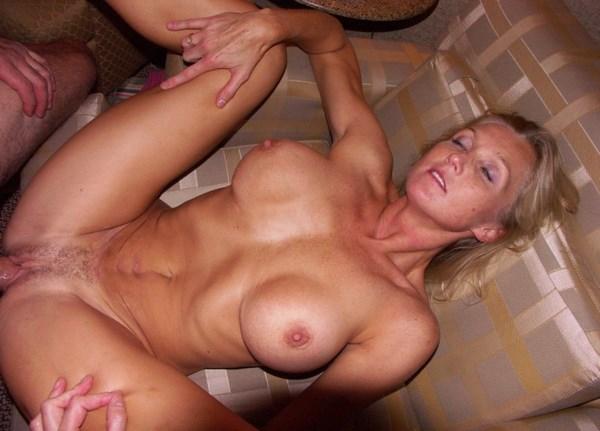 Aventure d'un soir avec une cougar blonde aux gros seins sexy